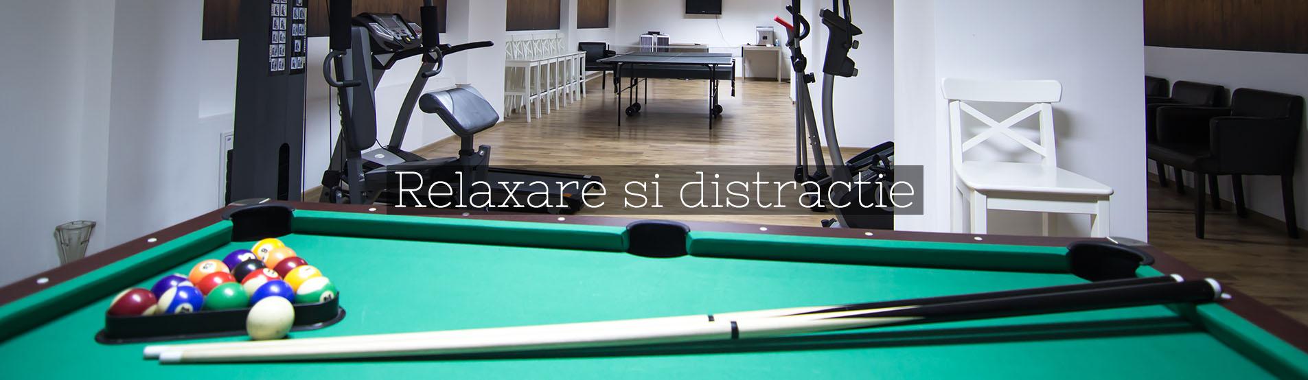 Pensiunea Constantin - Zona de relaxare care include masa de ping-pong, masa de biliard si aparate fitness